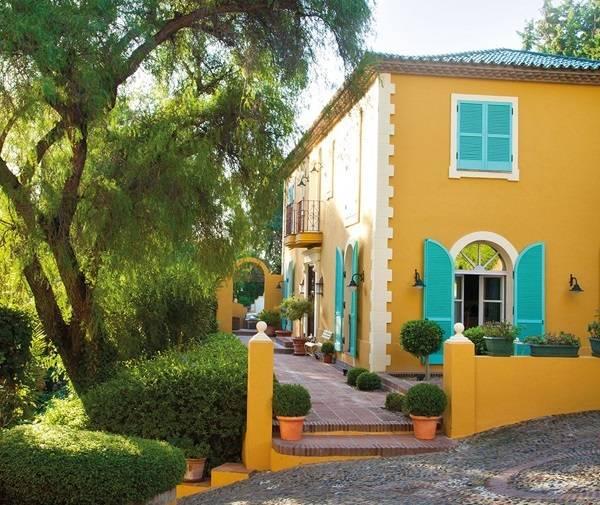 Casa galbena cu obloane turcoaz 1