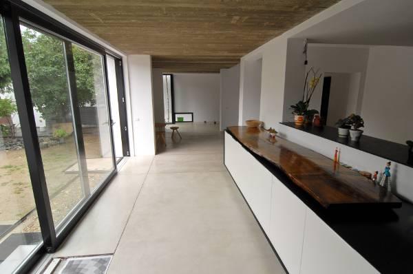 O mansardă urbană, discretă la exterior, dar îndrăzneață la interior (1)