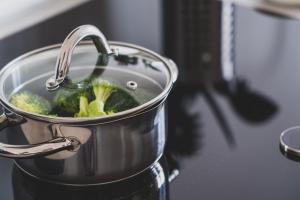 Cum cureți oalele din bucătăria ta pentru a arăta ca noi